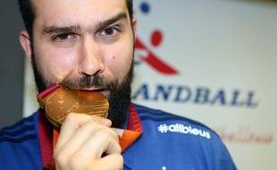 Igor Anic a montré aux médias nantais, ce jeudi midi, sa médaille d'or. SIPA_1632.04/Credit:PILLAUD/SPORTISSIMO/SIPA/1502031656