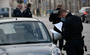 Des policiers effectuent un contrôle sur les Champs-Elysées, le 17 mars.