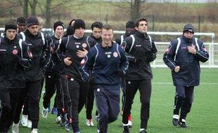 Luis Fernandez (à droite) et ses joueurs du Stade de Reims, dans le froid à l'entraînement le 2 janvier 2009.