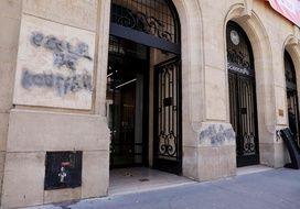 Des inscriptions antisémites ont été découvertes lundi 12 avril devant Sciences po Paris.