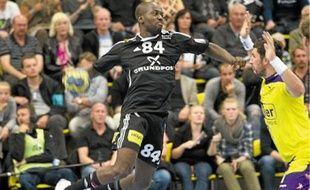 Sans les problèmes d'argent rencontrés par le club de Silkeborg, Tuzolana (en noir) serait bien resté au Danemark.