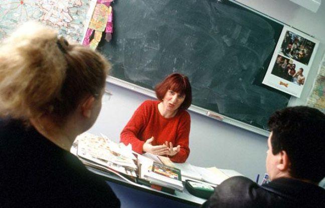 Une recontre entre des parents d'élèves et un professeur.