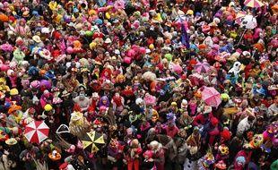 Dunkerque, le 2 mars 2014. Premier jour des trois joyeuses du carnaval avec la bande de Dunkerque qui défile dans les rues du centre-ville avant de participer au lancer de harengs depuis le balcon de l'hôtel de ville.