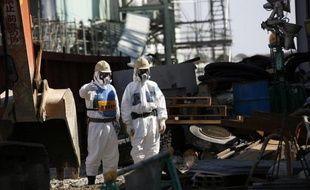 La compagnie gérante de la centrale accidentée de Fukushima a fait état dans la nuit de vendredi à samedi d'un possible écoulement d'eau contaminée dans le sol depuis un réservoir de stockage souterrain.