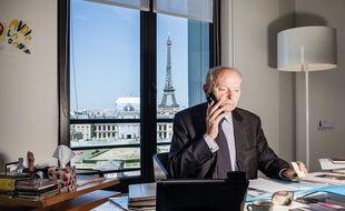 Le Défenseur des Droits, Jacques Toubon dans son bureau situé au 5e étage de l'immeuble de la CNIL (la Commission nationale de l'Information et des Libertés) à Paris.