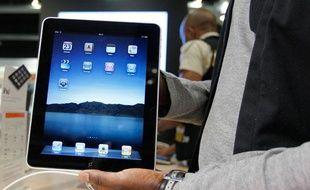 Un vendeur tient l'iPad d'Apple lors de son lancement à Bruxelles le 23 juillet 2010.