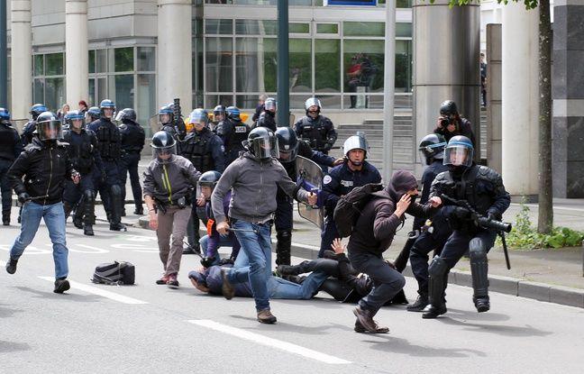 Un manifestant est interpellé en marge d'une manifestation contre la loi Travail, le 10 mai 2016.