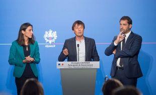 Nicolas Hulot, entouré de Brune Poirson, secrétaire d'Etat auprès du ministre de la Transition écologique et solidaire, et de Christophe Castaner, porte-parole du gouvernement, présente le projet de loi sur la fin de la production d'hydrocarbures en France, le 6 septembre 2017.