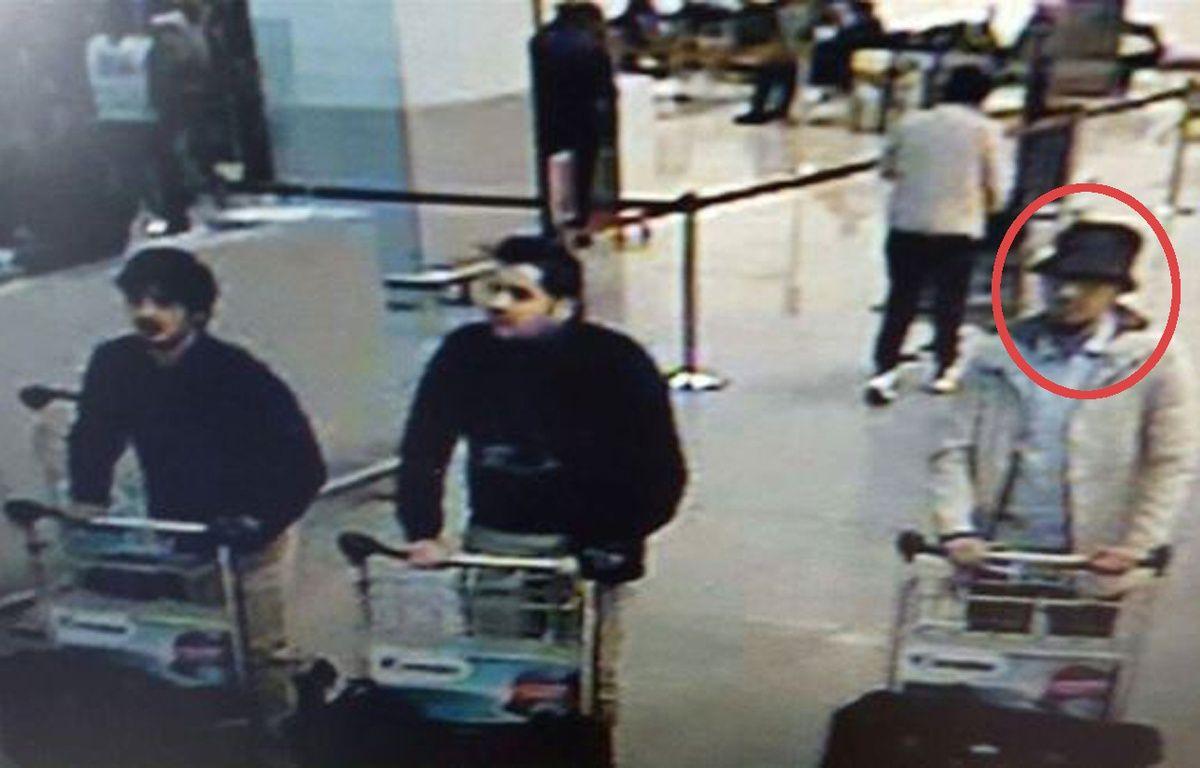 Les suspects de l'attentat à l'aéroport de Bruxelles, le 22 mars 2016. Un avis de recherche a été lancé pour retrouver l'homme de droite. – POLICE BELGE