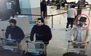 Les suspects de l'attentat à l'aéroport de Bruxelles, le 22 mars 2016. Un avis de recherche a été lancé pour retrouver l'homme de droite.