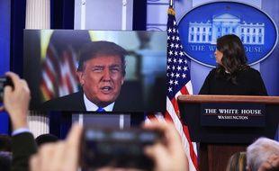 Donald Trump s'adresse aux journalistes via un moniteur lors d'une conférence de presse à la Maison Blanche, le 4 janvier 2018.