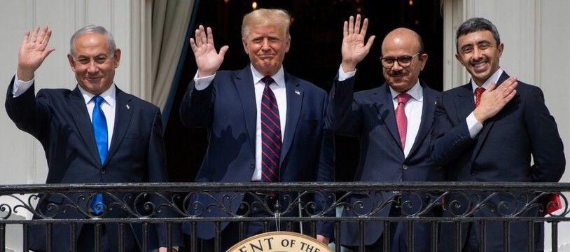 Le Premier ministre israélien Benjamin Netanyahou, Donald Trump, le ministre des Affaires étrangères du Bahrein Abdullatif al-Zayani, et le ministre des Affaires étrangères des Emirats, Abdullah bin Zayed Al-Nahyan à la Maison Blanche, le 15 septembre 2020.