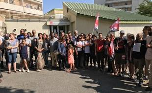 Le rassemblement des parents et du personnel devant la crèche de la Busserine, qui doit fermer à la fin du mois de juillet.