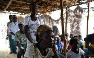 Des haïtiens font la queue pour recevoir des soins médicaux, dans le camp de Parc Cadeau 1, à Anse-à-Pitres, dans le sud-est d'Haïti le 14 octobre 2015