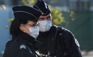 Des policiers portant des masques près de la gare de Nantes