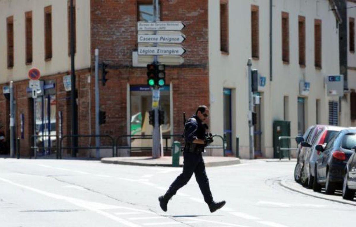 Un homme se réclamant d'Al-Qaïda retient quatre personnes en otages, mercredi à Toulouse, dans une agence bancaire, à quelques centaines de mètres des lieux où Mohamed Merah a été tué il y a trois mois. – Eric Cabanis afp.com