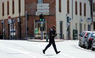 Un homme se réclamant d'Al-Qaïda retient quatre personnes en otages, mercredi à Toulouse, dans une agence bancaire, à quelques centaines de mètres des lieux où Mohamed Merah a été tué il y a trois mois.