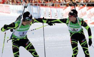 Les biathlètes français Martin Fourcade (à g.) et Alexis Boeuf lors d'un relais à Anterselva le 22 janvier 2012.