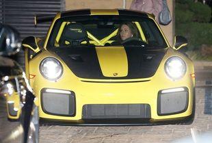 Caitlyn Jenner au volant de sa Porshe de près de 300.000 dollars.