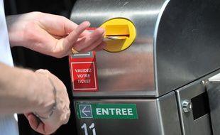 Illustration hausse des tarifs Tisseo. Distributeur de tickets de deplacements. Usagers. transports en commun.