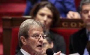 Le ministre des Affaires étrangères Bernard Kouchner a déclaré avoir brièvement évoqué mercredi avec le président Nicolas Sarkozy le livre écrit contre lui par Pierre Péan, et a indiqué qu'il pensait porter plainte.