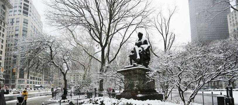 La neige recouvre une statue de Madison Square, le 21 mars 2018 à New-York.
