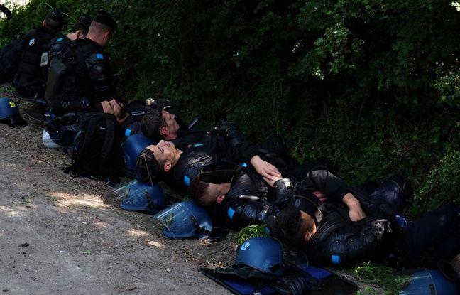 Des gendarmes se reposent sur la ZAD de Notre-Dame-des-Landes.