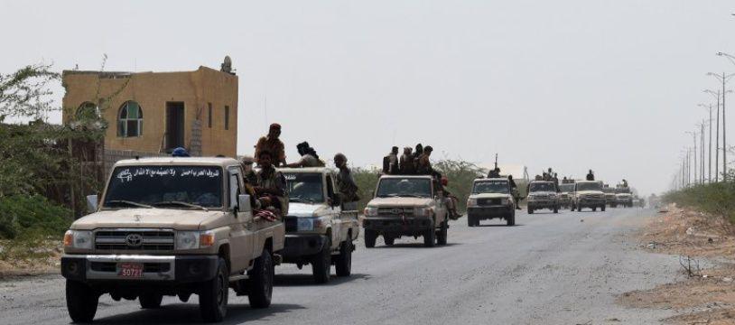 Des combattants progouvernementaux traversent la ville de Hodeida, au Yémen