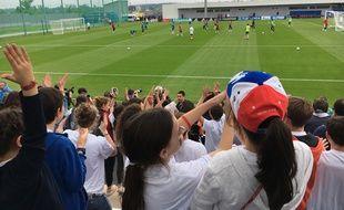 Des élèves d'écoles russes de Moscou se sont rendus à l'entraînement des Bleus à Istra, le 12 juin 2018.