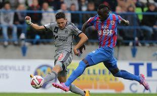 Le défenseur Yrondu Musavu-King (à droite), sous les couleurs de Caen), à la lutte avec le Marseillais Florian Thauvin, lors d'un match de Ligue 1 le 4 octobre 2014 à Caen.