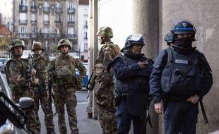 Forces de police à Saint-Denis le 18 novembre 2015