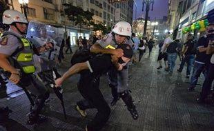 Une nouvelle manifestation contre le Mondial a dégénéré en violences, saccages et 230 interpellations samedi soir à Sao Paulo, la mégapole brésilienne où se jouera le match d'ouverture de la Coupe du Monde le 12 juin.