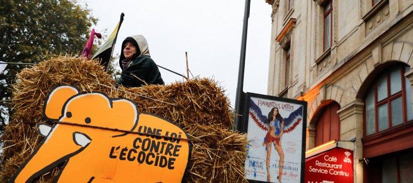Un manifestant devant un panneau demandant