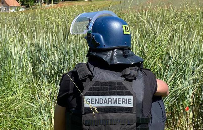 Les gendarmes agissent en sécurité, car le fugitif ouvre le feu dès qu'il les voit