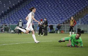 Edinson Cavani de Manchester United sourit après avoir marqué le deuxième but de son équipe lors de la demi-finale retour de la Ligue Europa contre la Roma, au stade olympique de Rome, en Italie, le jeudi 6 mai 2021.