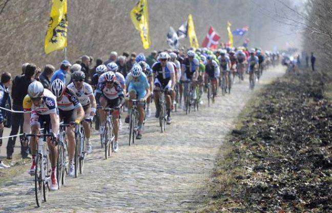 Le peloton du Paris-Roubaix 2013 dans la tranchée d'Arenberg.