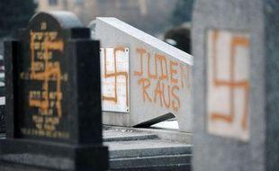Trois jeunes appartenant à la mouvance skinhead ont été condamnés mercredi à Strasbourg à des peines de 12 à 18 mois de prison ferme pour avoir profané en 2010 trois cimetières juif et musulmans, lors d'un procès houleux où les familles des victimes ont laissé éclater leur colère.