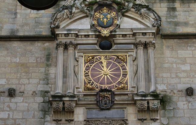 Du côté de la rue Saint-James, l'horloge de la Grosse cloche est équipée d'un cadran lunaire.