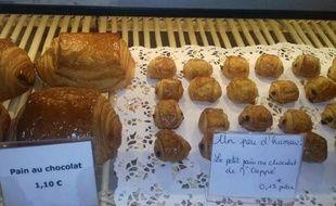 Une boulangerie de Boulogne-Billancourt (Hauts-de-Seine) a proposé ce mercredi matin des pains au chocolat à 15 centimes.