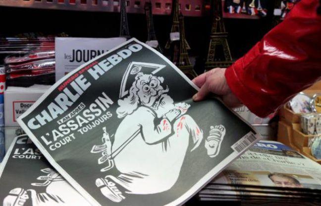 Le numéro anniversaire de Charlie Hebdo en kiosque le 6 janvier 2016 à Paris