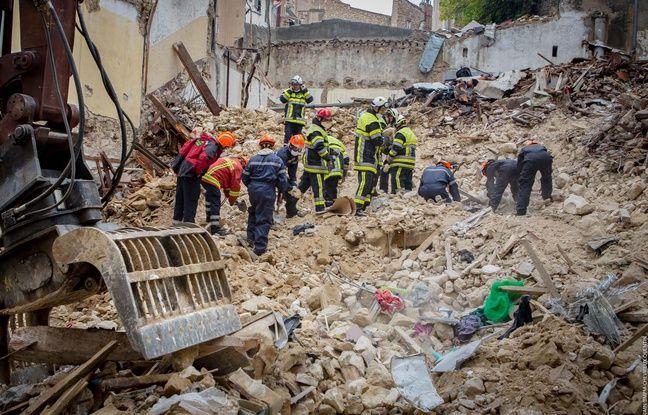 Les marins-pompiers sur le tas de gravats des immeubles effondrés à Marseille.