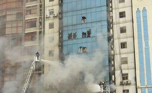Un immeuble a pris feu le 28 mars 2019 à Dacca au Bangladesh.