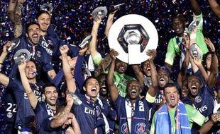 L'équipe du PSG sacrée championne de France reçoit son trophée à l'issue du match contre Reims, le 23 mai 2015, au Parc des Princes