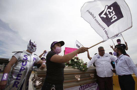 Un candidat aux élections régionales au Mexique a commencé sa campagne dans un cercueil, mardi 6 avril 2021.