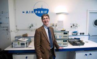Le président d'Airparif Jean-Félix Bernard dans un laboratoire au siège de l'association à Paris, le 15 mars 2014