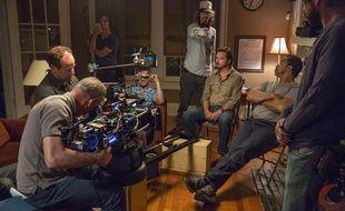 Ray McKinnon (avec une casquette) sur le tournage de la saison 4 de Rectify