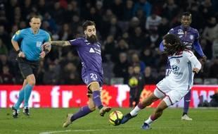 Le Toulousain Jimmy Durmaz face au Lyonnais Jason Denayer, le 16 janvier 2019 au Stadium de Toulouse.