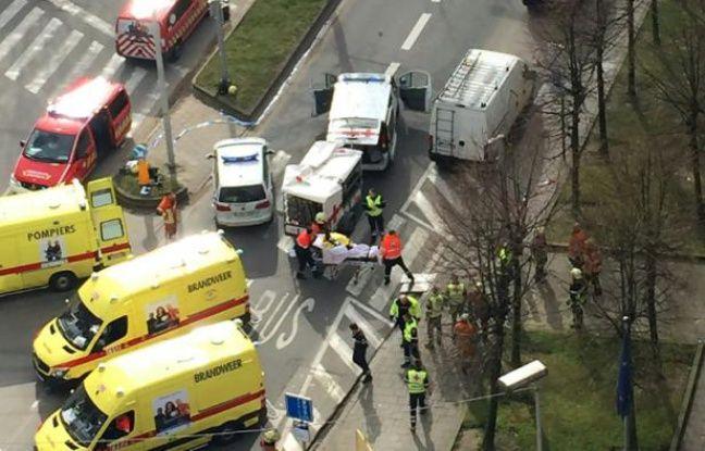 Des secouristes évacuent des blessés près de la station de métro Maelbeek à Bruxelles le 22 mars 2016