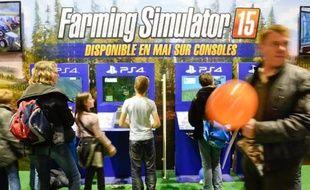 Fans de tracteurs, agriculteurs ou simples curieux, une foule se presse au Salon de l'Agriculture pour tester Farming Simulator
