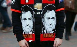 Les supporters de Manchester United arborent déjà des écharpes à l'effigie de José Mourinho, comme ici avant la rencontre contre Chelsea.
